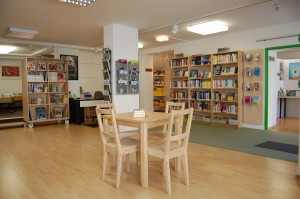Sitzgelegenheiten, Zeitschriften, Sachbücher